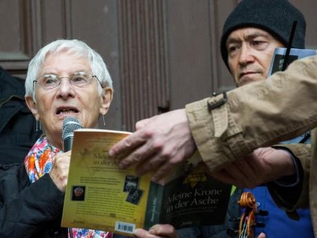 Wie die gebürtige Bonner Jüdin Hanna Zack-Miley den Holocaust überlebte, erzählt sie bei der Demo 'Marsch des Lebens'. Foto: Nicolas Ottersbach